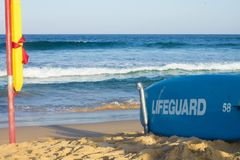 Badmeesters die over zwemmers bij Maroubra-Strand in Sydney letten op royalty-vrije stock fotografie