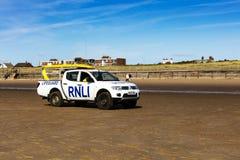 Badmeestersvrachtwagen op een strand dichtbij Liverpool, Engeland Stock Foto's