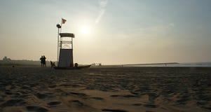 Badmeestertoren op zandig strand stock foto's