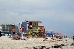 Badmeestertribune op het strand stock foto