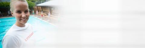 Badmeestervrouw bij zwembad met overgang royalty-vrije stock foto's