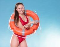 Badmeestervrouw op plicht met de reddingsboei van de ringsboei Royalty-vrije Stock Afbeeldingen