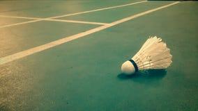 Badmintin-Federball auf dem Gericht Stockfoto