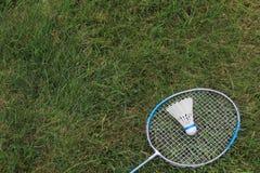 Badminton Birdie Shuttlecock mit Schläger Lizenzfreie Stockfotos