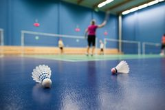 Badminton - cortes de badminton com os jogadores que competem fotos de stock royalty free