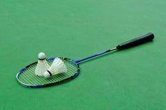 Badminton - deux shuttlecocks sur la raquette Photographie stock libre de droits