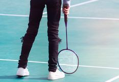 Badminton et raquette sur le plancher de cour photographie stock libre de droits
