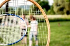 Badminton exterior com fundo dos amigos Fotografia de Stock
