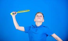 badminton Jogador de ténis com raquete Atividade do badminton Exercício do badminton do menino adolescente Sucesso do jogo do esp fotos de stock