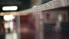 Badminton netto op een badmintonhoven met bokehlichten op vage achtergrond 1920x1080 stock videobeelden