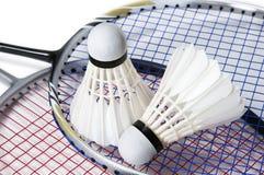 Badminton shuttlecock auf Schlägerhintergrund Stockfotografie
