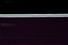 Badminton som är netto inomhus på badmintondomstolen, closeupsikt av badminton som är netto med svart bakgrund arkivbild