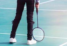 Badminton und Schläger auf Gerichtsboden lizenzfreie stockfotografie
