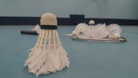 Badminton wahadłowa koguta pozycja na swój końcówce z kantem na podłoga Fotografia Stock