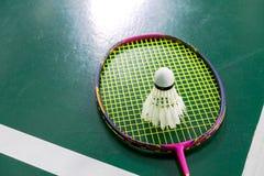 Badmintonball der schlechten Zustandes mit Federballschläger Stockbild