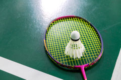 Badmintonboll för dåligt villkor med badmintonracket Fotografering för Bildbyråer