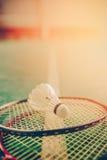 Badmintonboll & x28; shuttlecock& x29; och racket på domstolgolv arkivfoton