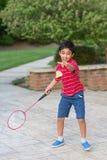 badmintonpojke little som leker arkivbild