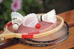 Badmintonracket och fjäderbollar. Fotografering för Bildbyråer