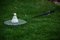 Badmintonracket och shuttlecock Fotografering för Bildbyråer