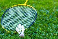 Badmintonracket op gras Royalty-vrije Stock Afbeeldingen