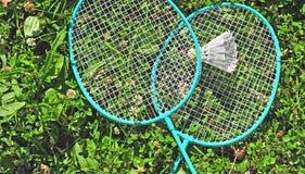 Badmintonrackets in gras Stock Foto