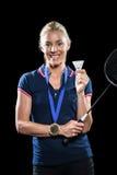 Badmintonspieler, der mit Goldmedaille um seinen Hals aufwirft Stockbild
