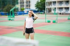 Badmintonspielerabwischen geschwitzt auf dem Gericht Lizenzfreie Stockbilder