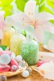 Badning för lilja för Spa begreppsblomma salt Arkivbild