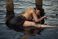Badning för ung kvinna i terapeutiskt vatten av gyttjabreda flodmynningen Fotografering för Bildbyråer
