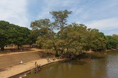 Badningfolk i floden, Sri Lanka Arkivbild