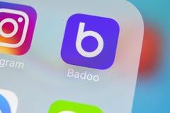Badoo在苹果计算机iPhone x屏幕特写镜头的应用象 Badoo app象 Badoo是一个网上社会媒介网络 束起通信有概念的交谈媒体人社交 免版税库存图片