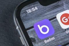 Badoo在苹果计算机iPhone x屏幕特写镜头的应用象 Badoo app象 Badoo是一个网上社会媒介网络 束起通信有概念的交谈媒体人社交 免版税图库摄影