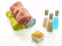Badprodukter och mjuka multicolour handdukar Royaltyfria Foton
