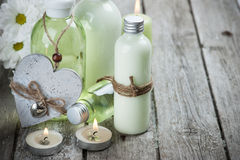 Badprodukter, stearinljus, träbakgrund Arkivfoton