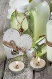 Badprodukter, stearinljus, träbakgrund Royaltyfria Bilder