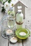 Badprodukter, stearinljus, träbakgrund Fotografering för Bildbyråer