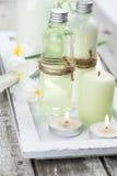 Badprodukter, stearinljus, träbakgrund Royaltyfri Fotografi