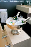 Badraum mit Champagner stockbilder