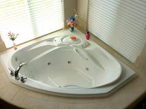 Badraumecke mit moderner Badewanne Stockfotos