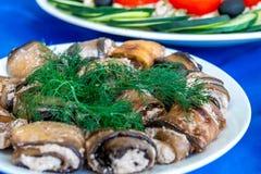 Badrijai Nigvzit, alimento georgiano, fette di melanzana ha cucinato la pasta delle noci, dell'aceto e delle spezie, che poi sono fotografie stock libere da diritti