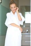 badrock kopplad av plattform vit kvinna arkivfoto