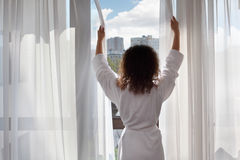 badrock som kläs nära standsfönsterkvinna Royaltyfri Foto