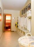 badrockomklädningsrum med låsbara skåphanddukar Fotografering för Bildbyråer