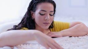 Badrum för dam för skönhetomsorgwellness förföriskt lager videofilmer