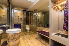 Badrum för stort och lyxigt hotell arkivfoton