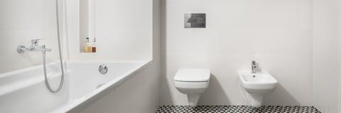 Badrum med det vita badkaret, panorama arkivfoton