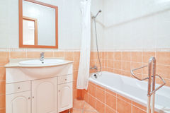 Badrum med duschen. Fotografering för Bildbyråer