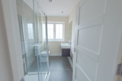 Badrum med duschen Fotografering för Bildbyråer