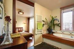 Badrum med en sikt av sovrummet Royaltyfria Bilder
